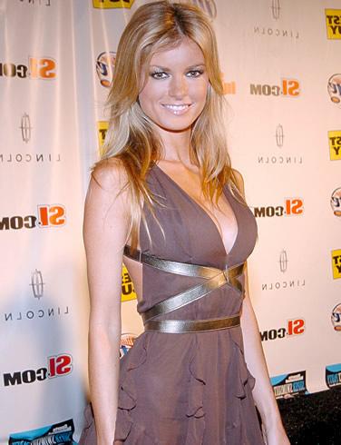 Marisa Miller vestida elegante